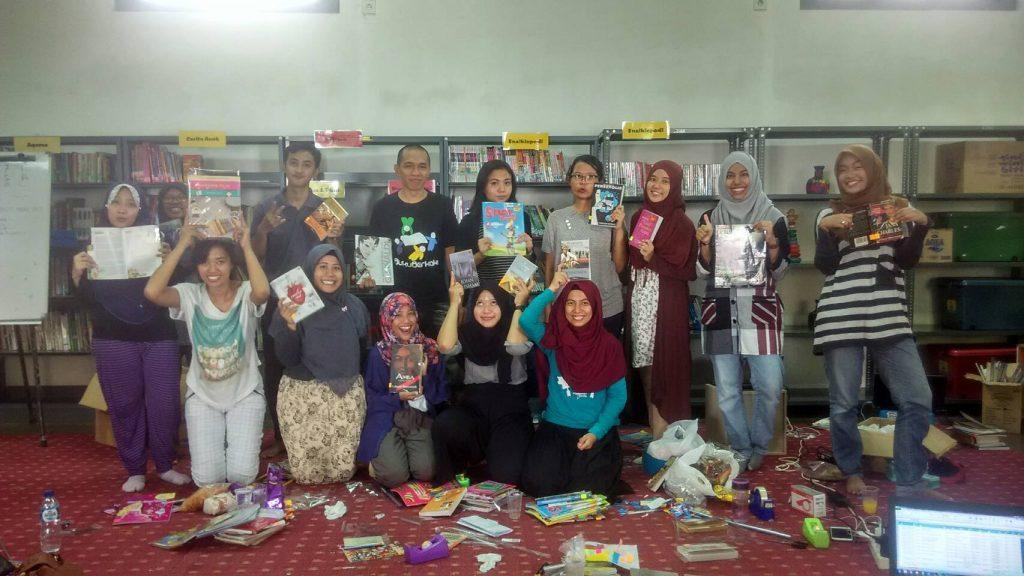 Para Krucil Buku Berkaki dalam kegiatan penyortiran, pendataan, dan penyampulan #BukuUntukSangkabira di hari terakhir, foto milik Buku Berkaki